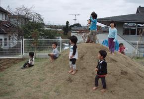 園庭の芝生の山で、はだしで遊びます。