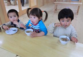 食事中の子ども達。